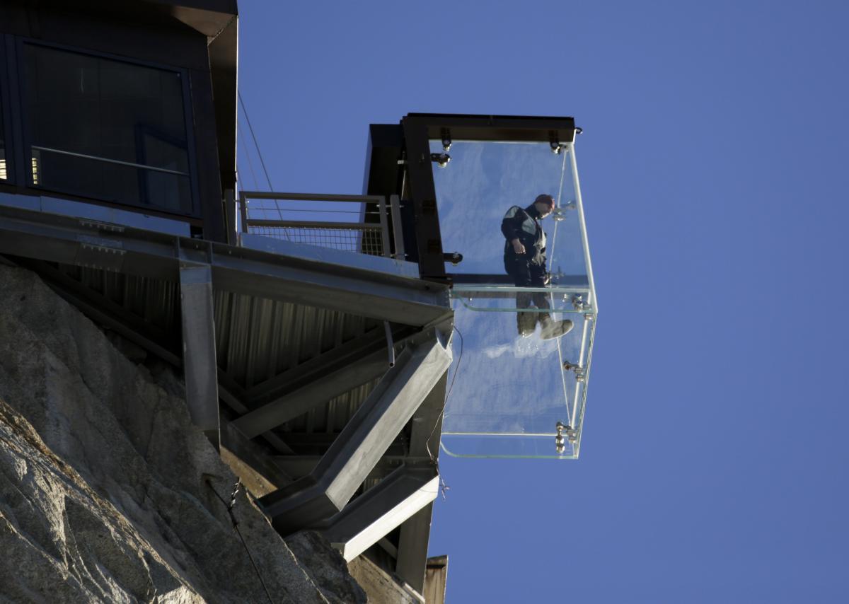 mont blanc attraction cage en verre le pas dans le vide