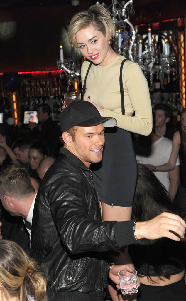Miley Cyrus embrasse Ryan Seacrest nouvel an times square look or sequin cara kellan lutz miley ensemble