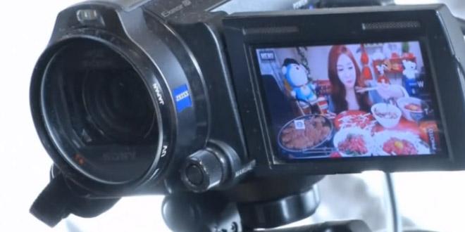 sud coreene mange devant sa web cam
