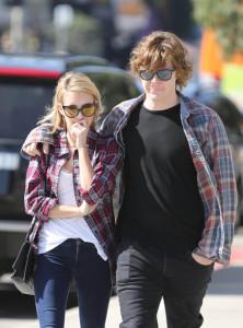 Emma-Roberts-et-Evan-Peters-le-jour-de-l-annonce-du-deces-de-Nancy-Motes-a-Los-Angeles-le-10-fevrier-2014_exact810x609_p