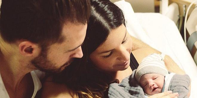Couple rend hommage à leur bébé