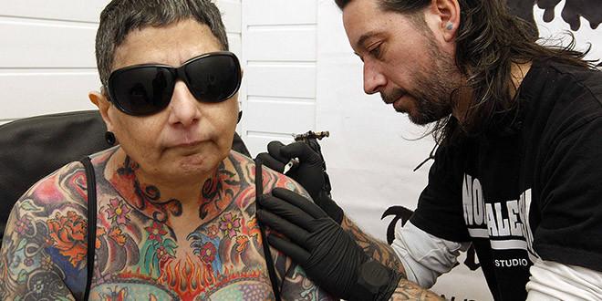 femme tatouee aveugle fran atkwinson tatouage dessin corps