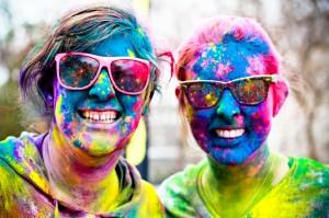 filles aspergées de poudre colorée