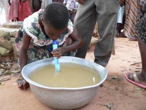 enfant africain qui peut boire de l'eau sale en toute sécurité
