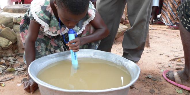 Enfant africain qui peut boire de l 39 eau sale en toute s curit we like it le blog d 39 actu - Peut on boire l eau de pluie ...