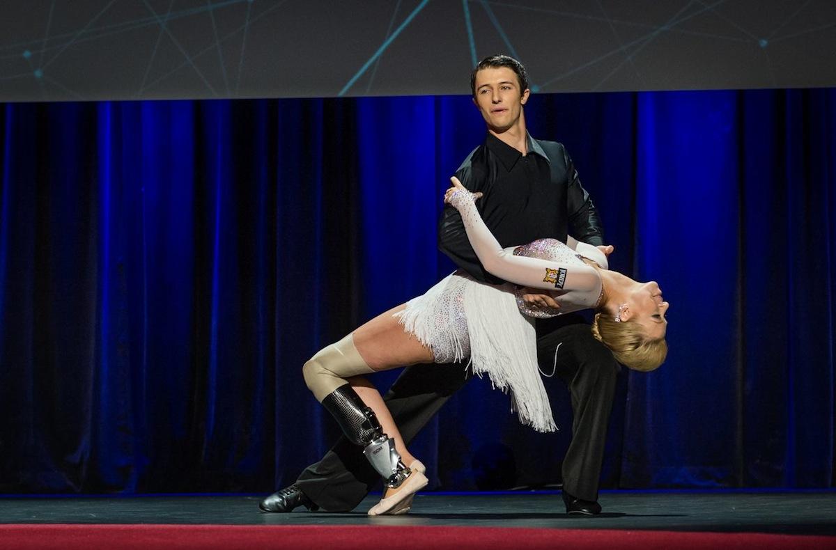 Adrianne Haslet Davis danse