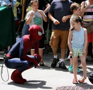 spiderman faisant une surprise à une petite fille