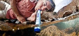 filtrer et boire de l'eau sale avec la paille lifestraw