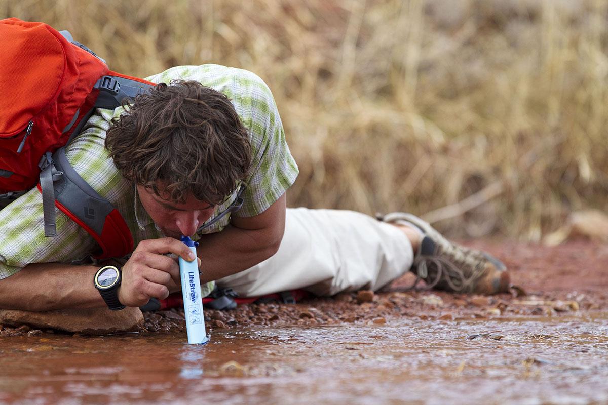 boire de l'eau sale avec la paille lifestraw