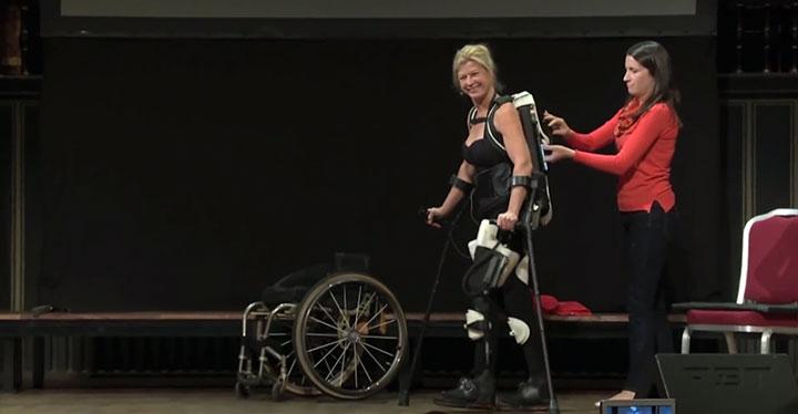 une femme marche a nouveau grace a un-exosquelette imprime en 3d
