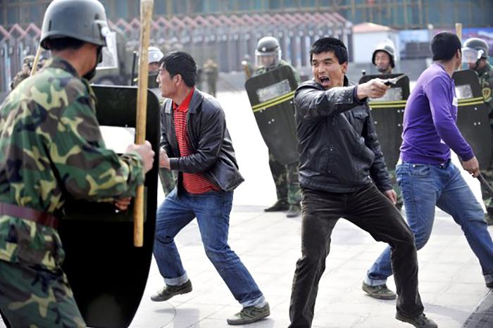 148480_heurts-entre-manifestants-et-forces-de-securite-le-1er-avril-2011-a-urumqi-dans-le-xinjiang