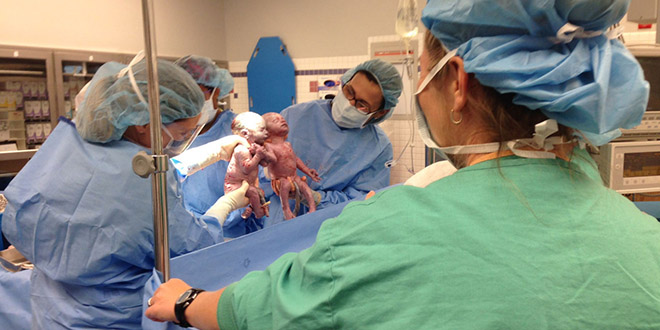 jella jillian jumelles naissance mains