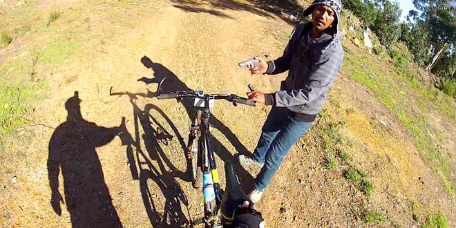 un cycliste filme un homme qui lui vole son velo avec un pistolet