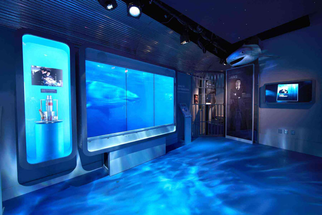 expo james bond Washington video drole attaque de requin