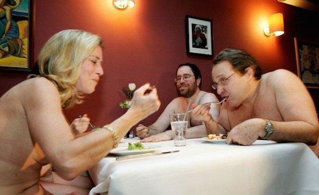 new-york-manger-nu-dans-un-restaurant1
