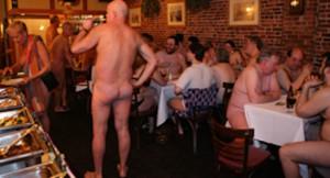 new-york-manger-nu-dans-un-restaurant2
