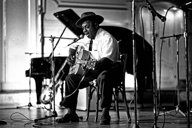 Big_Joe_Williams,_American_Folk_Blues_Festival,_Hamburg_1972_(Heinrich_Klaffs_Collection_49)