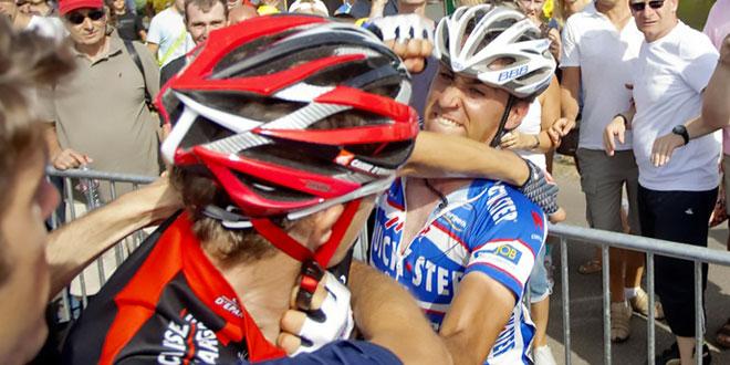 deux cyclistes se battent lors du tour du portugal