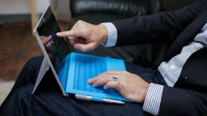 microsoft surface-blu-homme-affaire)nouvelle-tablette
