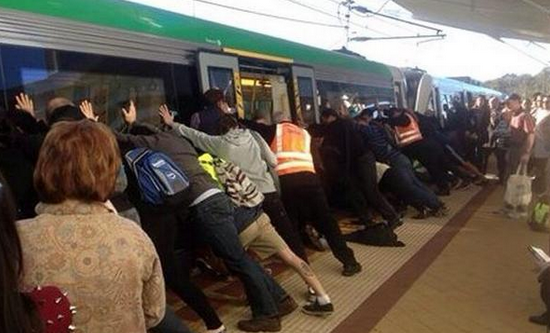 ils soulèvent un métro pour sauver un passager coincé