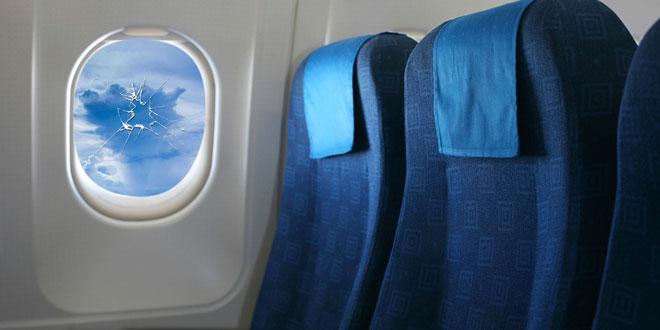 un passager d'avion casse un hublot en tapant dessus