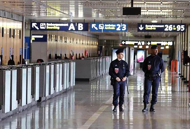679485-des-policiers-patrouillent-dans-l-aeroport-de-orly-en-avril-2010