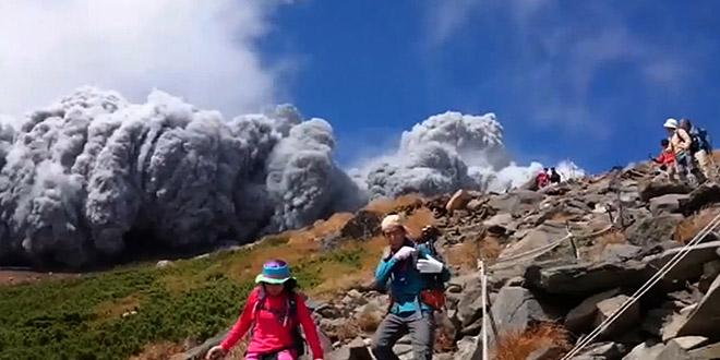 eruption volcan randonneurs japon