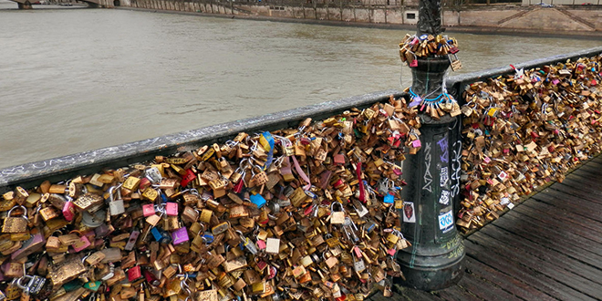 Les cadenas d 39 amour remplac s par des panneaux vitr s - Cadenas amoureux pont paris ...