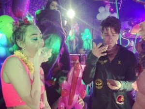 Miley-Cyrus-fete-son-anniversaire-avec-Patrick-Schwarzenegger-a-Los-Angeles-le-22-novembre-2014_exact1024x768_l
