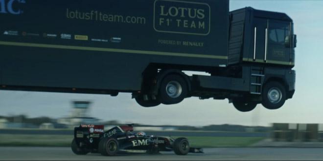 camion saute par dessus une voiture pilote formule 1