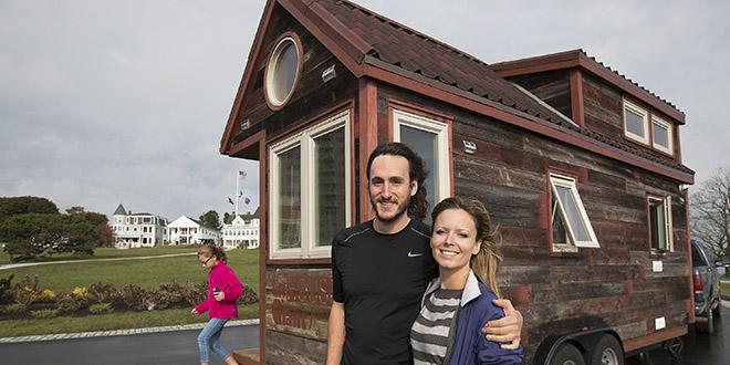 insolite ce couple construit une maison sur roues et part l 39 aventure. Black Bedroom Furniture Sets. Home Design Ideas