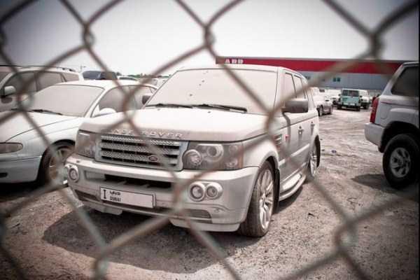 voiture de luxe abandonée