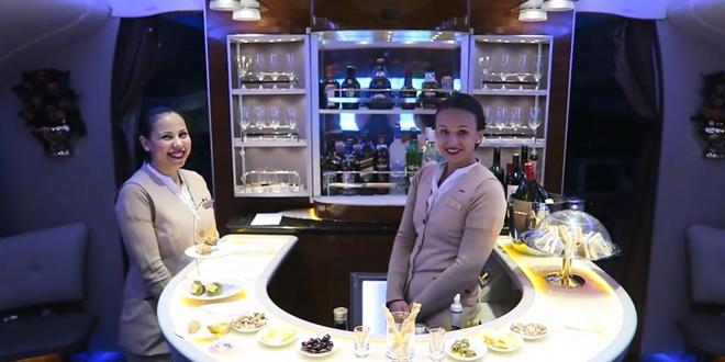 Il-filme-vol-luxueux-dans-un-A380-Emirates