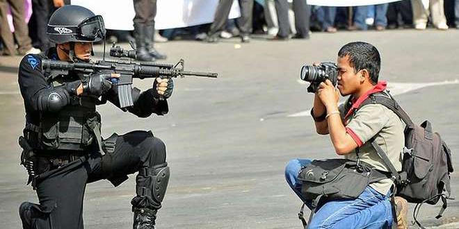 appareil-photo-contre-mitraillette-police-touristes