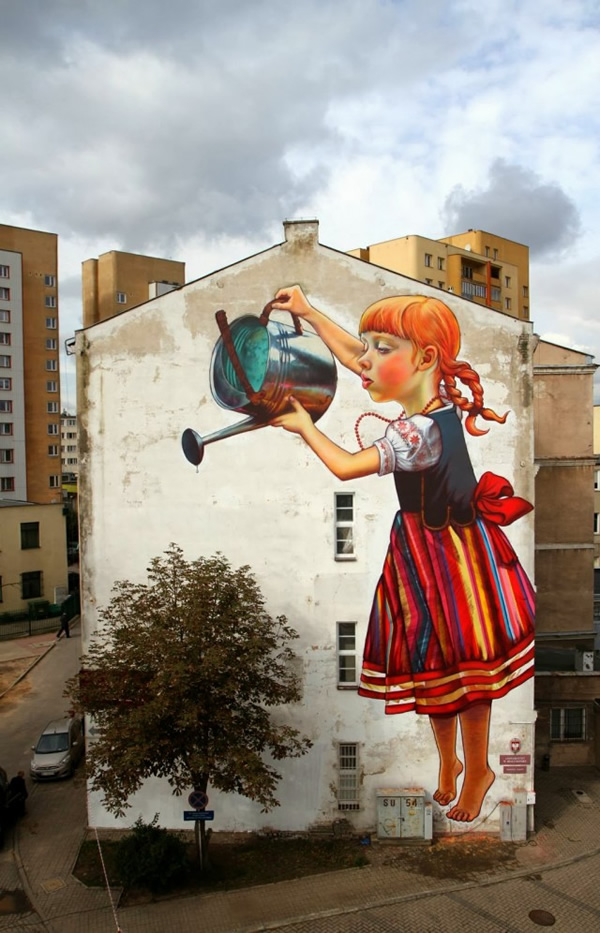 oeuvres-street-art-jouant-avec-la-nature-girl-watering-tree-graffiti-natalia-rak-1