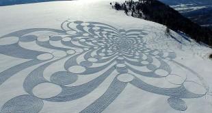 simon-beck-oeuvres-gigantesques-raquettes-neige-montagne