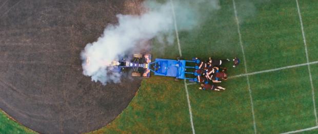 red-bull-défi-fou-opposant-voiture-formule1-mêlée-équipe-de-rugby