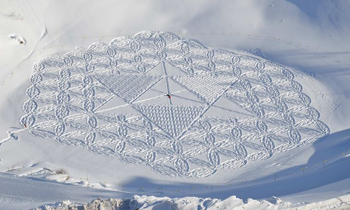 snow-art-simon-beck-oeuvres-gigantesques-raquettes-neige-montagne