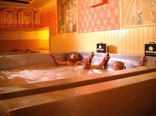 prendre-un-bain-dans-piscine-remplie-de-bière