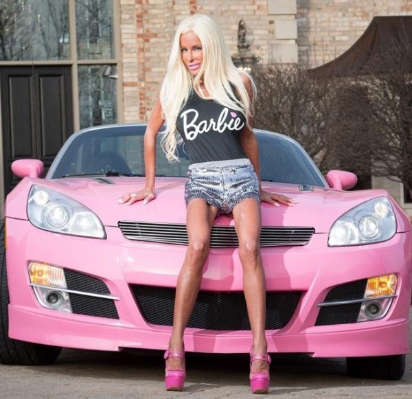 femme-depense-chirurgie-esthetique-Barbie-mere-rose-9