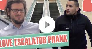 love-escalator-prank-il-caresse-la-main-des-gens-dans-un-escalator-o-parinor-aulnay-sous-bois