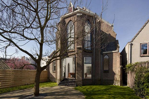 Eglise-convertie-en-maison-moderne