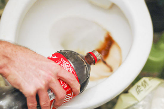 nettoyer-toilettes-avec-du-coca-cola