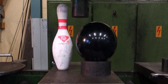 presse-hydraulique-sur-une-quille-et-boule-de-bowling