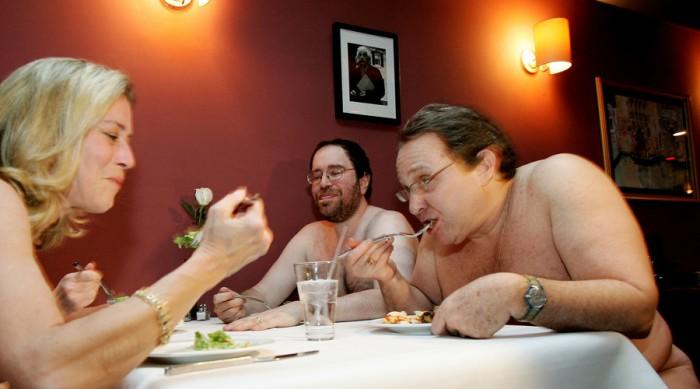 premier-restaurant-ou-on-doit-manger-entièrement-nu