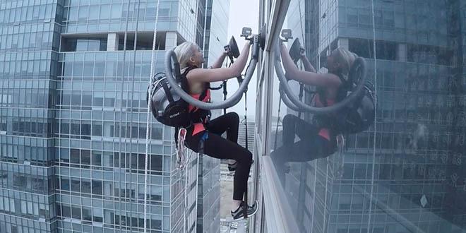 elle-escalade-un-gratte-ciel-avec-deux-aspirateurs