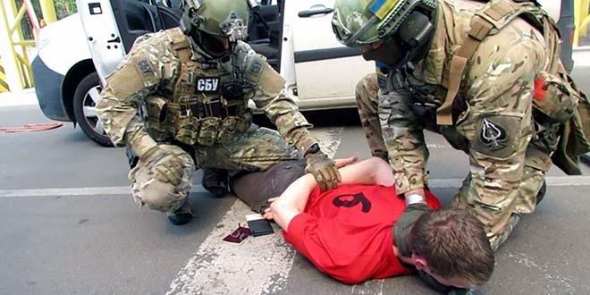 les-images-de-arrestation-francais-en-ukraine-arsenal-de-guerre-attentats-euro2016