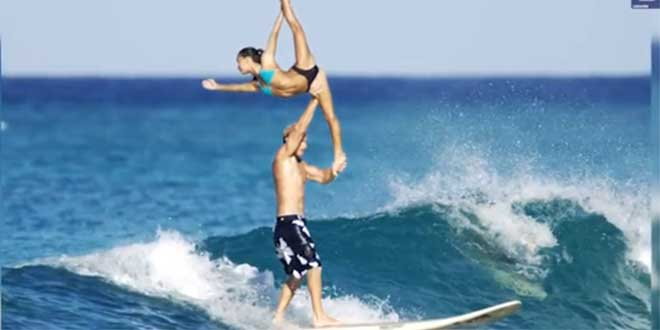 couple-surfeur-sexy