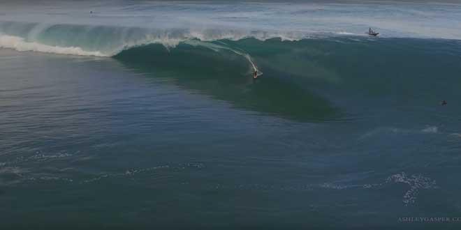 il-surfe-une-vague-de-fou c