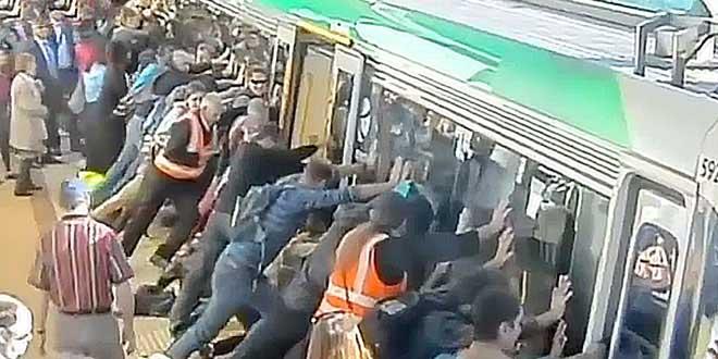 ils-soulevent-un-metro-pour-sauver-un-passager-coince